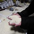 3月7日,農村人大代表朱張金在中共兩會期間曝出「注水大米」,多數用河水,幾乎是零成本。圖為北京市場販售大米攤位。(PETER PARKS/AFP)