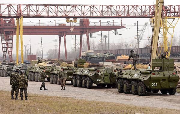 外媒傳. 俄軍向在克里米亞北部的亞米安斯克附件的烏克蘭邊防飛機開火。法新社消息,3月8日,親克里姆林宮的民兵向手無寸鐵的外國觀察家鳴槍示警,後者當時正試圖進入克里米亞。(AFP PHOTO/ YURIY DYACHYSHYN)