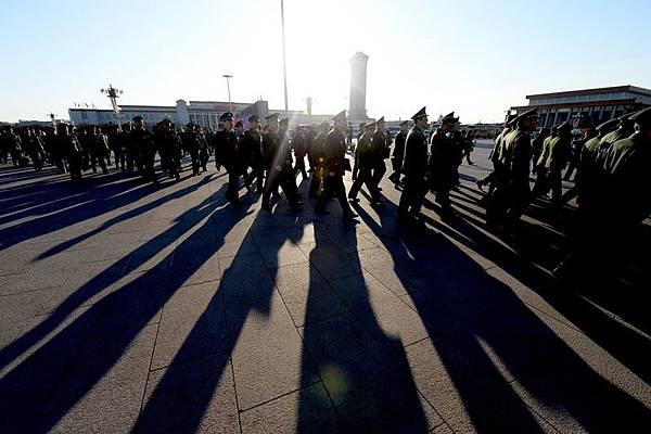 現在北京周圍佈滿軍警,所有暗道下面都是軍警,嚴密防守,百多萬軍警民兵重重圍住中南海。 AFP PHOTO/GOH CHAI HIN