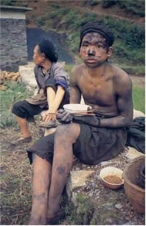 少年不言愁,至少你可以讓自己和老邁的母親填飽肚子,應該羞澀的是那些哈日哈韓的闊少。(網絡圖片)