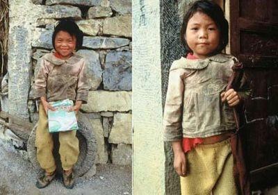 為了給她照相,她特意借了個布書包(右),其實她只有一個洗衣粉袋。(網絡圖片)
