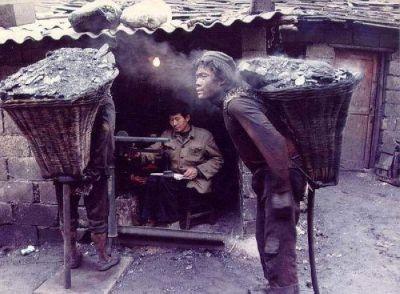 17歲的礦工,他一次背100多斤的煤走1000多米,一次一塊錢。(網絡圖片)