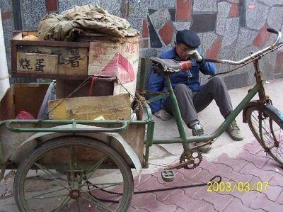 這位賣烤紅薯的老人,在影響市容和他要活下去之間,我們應該如何選擇呢?(網絡圖片)