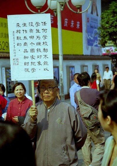 一位老人獨自抗議收費教育制度。(網絡圖片)