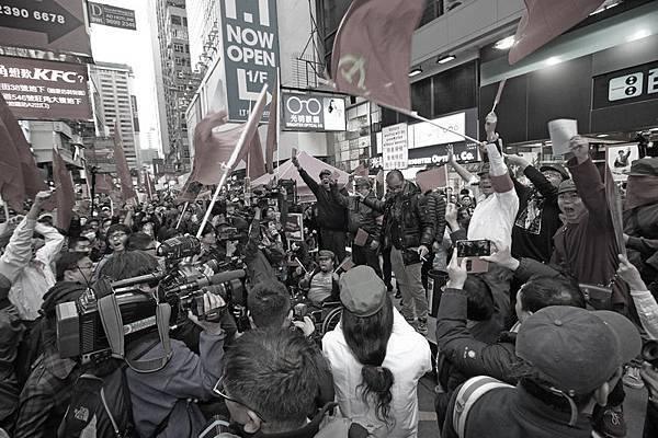 一批網民發起所謂的「愛國愛黨大遊行」,套用文革的手法,打著紅旗反紅旗,有如中共邪靈附體,妄圖呼籲大陸遊客留在大陸買國貨,有如共產黨紅衛兵重現香港街頭,猶如為中共宣傳及站台。(潘在殊/大紀元)