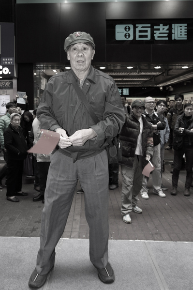 一名經常在各區辱罵法輪功學員的惡人,昨日也出現在反自由行活動中表演。(潘在殊/大紀元)