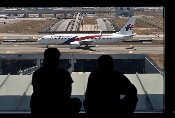 馬航從吉隆波飛往北京的MH370航班突然失聯數日,機上239人生死未卜。有關馬航失聯的消息與猜測滿天飛,其中有  兩條消息存在重要疑點,或涉及中南海激鬥。圖為,吉隆坡機場上的馬航飛機。(MANAN VATSYAYANA/AFP/Getty   Images)
