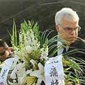 3月1日,中國大陸昆明火車站發生了暴徒砍人事件,其血腥引起全世界譴責。有民眾轉發信息稱,血案頭七,有遇難  家屬來到火車站廣場悼念。而唯一到場的官方卻是美國駐成都領事館的官員。(網絡截圖)