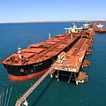 由於中國經濟增長比預期大為遲緩,今年以來國際鐵礦石價格已經下跌22%。中國消耗全球三分之二的海運鐵礦石。這使該產業陷入熊市。熊市的定義是近期自峰值下挫達20%。圖為力拓巨型鐵礦石貨輪在西澳港口裝運。(AFP PHOTO/HO/RIO TINTO)