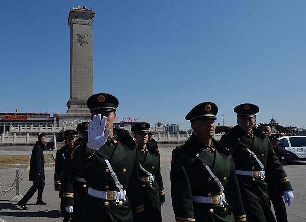 中共「兩會」籠罩在一片血腥恐怖的氣氛中,一百多萬軍警及各類保安人員重重圍住中南海及北京多處敏感地帶。3月  11日,中共中央軍委主席習近平在中共「兩會」解放軍代表團會議上講話。為下一階段針對江澤民集團展開更凶猛的  政治廝殺做準備。圖為,3月6日北京天安門。(AFP PHOTO/Mark RALSTON)