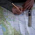 圖為馬國搜索人員在標誌搜索路線。(AFP/Getty Images)