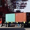 從離岸人民幣的貶值也可看出,國際資本不看好中國經濟而在拋售。國際機構發佈報告稱,中國的經濟前景給全球前景帶來了越來越大的下跌風險。圖為,2014年3月7日,山東青島港。(STR/AFP/Getty Images)