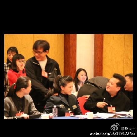 日前,一組宋祖英與成龍在中共兩會上的曖昧照片在網絡瘋傳。(網絡圖片)