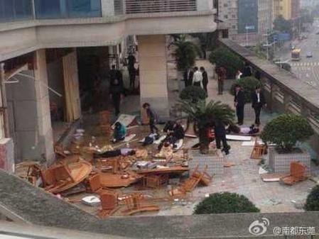 3月3日中午廣東東莞中石油餐廳發生爆炸,現場慘烈,多人被炸飛。(網路圖片)