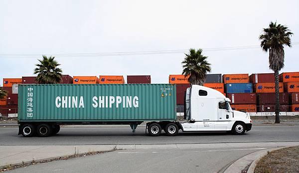 過去的2個月,樓市、股市、人民幣匯率均出現暴跌。專家表示,「暴跌」已成為2014年中國經濟的主旋律。2月份中國出口貿易數據意外下跌18%,更加強了人們對中國經濟前景的擔憂。(Justin Sullivan/Getty Images)