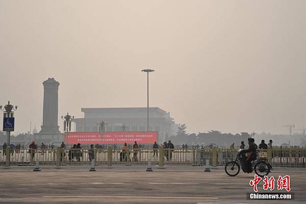 已經有六分之一國土被空氣污染所籠罩。有多少官員的頭可以換來萬里藍天?北京一景。