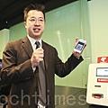 香港首部比特幣櫃員機推出,ANX創始人及執行總裁盧建邦介紹此部櫃員機時表示,用戶只需三個簡單步驟,15秒即可完成購買比特幣的交易。(余鋼/大紀元)