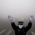 陰霾污染肆虐中國大陸,重霾面積約為81萬平方公里,主要集中在北京等地。《大紀元》獲悉,陰霾觸發每天北京1千人併發症死亡 ,引爆當局的恐慌,至今還在掩蓋真實情況。北京超嚴重的陰霾污染震驚世界,北京市民自稱生活在「毒氣」中,醫院呼吸科急診爆棚。(Getty Images)