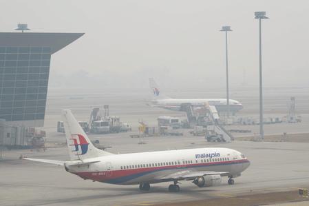 據最新消息顯示,馬航MH370可能被劫持後,客機被人為操縱飛過馬來半島,飛向安達曼群島。而中共的一個海外軍事基地就在科科群島(Coco Islands),是安達曼灣與馬六甲海峽的咽喉要地。圖為,2014年3月15日,在胡志明市機場的馬來西亞航空公司的飛機。(HOANG DINH NAM/AFP/Getty Images)