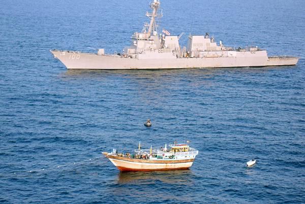 13日,美媒報導,美國調查機構懷疑馬航MH370從雷達上消失後又飛行了4個小時。14日,美國白宮發言人卡尼稱,美軍將在印度洋開闢新搜索區域尋找馬航失聯客機。美國基德號導彈驅逐艦並趕往印度洋搜尋。圖為,2012年1月5日,在阿拉伯海的基德號導彈驅逐艦。(U.S. Navy via Getty Images)