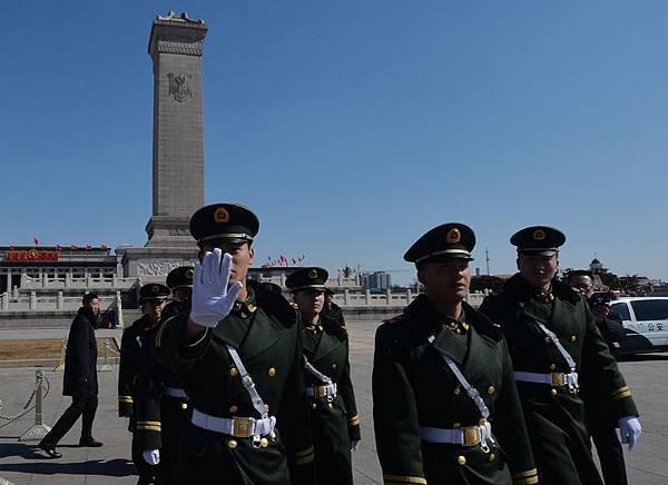 中共「兩會」籠罩在一片血腥恐怖的氣氛中,一百多萬軍警及各類保安人員重重圍住中南海及北京多處敏感地帶。圖為,3月6日北京天安門。(AFP PHOTO/Mark RALSTON)