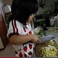 4、5歲就會切菜燒飯的日本小女孩「阿花」紅遍中國互聯網,她的故事讓很多父母都為之飆淚。(視頻擷圖)