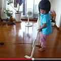 只有5歲「阿花」每天都要做家事。(視頻擷圖)