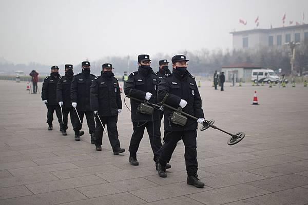江澤民與習近平二大陣營激烈博弈成中共兩會焦點,激烈衝突籠罩北京人民大會堂。兩會後,中紀委監察網公佈消息,港  澳中聯辦被納入中紀委監管,釋放不尋常信號。(Feng Li/Getty Images)
