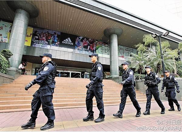 據大陸官媒3月21日報導,廣州市最近採取步巡、車巡、視頻巡邏等多種方式加強維穩態勢,每天派出200多名特警巡街,裝備真槍實彈。(網絡圖片)