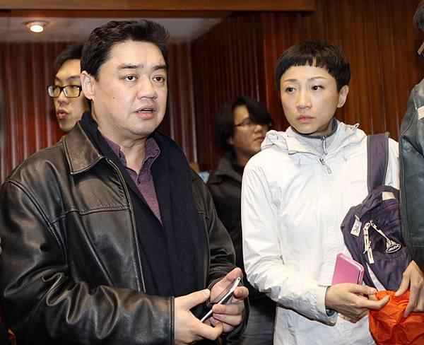 反服貿團體21日持續佔據立法院議場,前香港立法會議員、公民黨副主席陳淑莊(右)21日凌晨到立法院議場,觀摩台灣  學生抗爭行動。(中央社)