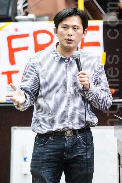 「318青年佔領立法院」活動成員21日持續佔領立法院議場,中研院法律所副研究員黃國昌到場聲援。(陳柏州/大紀元  )