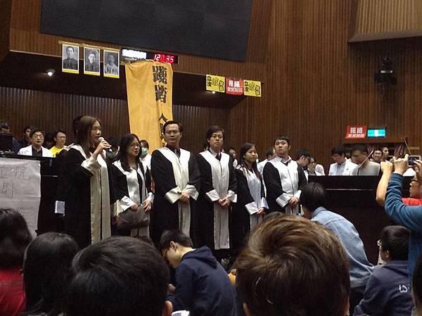 「反黑箱服貿」的抗議團體佔據立法院議場表訴求,人權律師團進入議場,將近有300位律師加入行列聲援學生提供法律  後盾。(黑色島國青年陣線臉書)