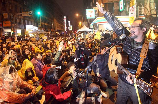 「反黑箱服貿民主陣線」等學生成員21日持續佔據立法院議場表達抗爭,大批聲援群眾在濟南路上排隊讓出一條通道,讓  準備上哨的警員進入立法院交班。(中央社)