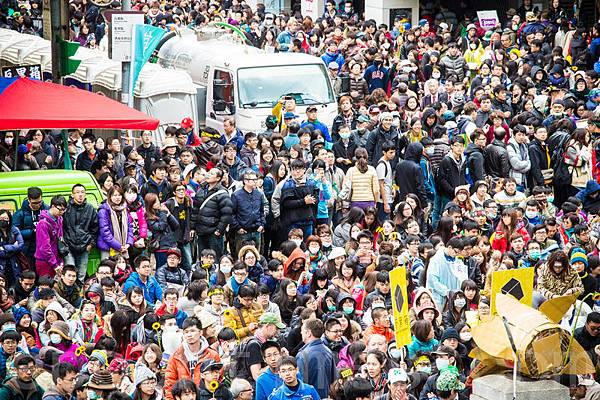 「318青年佔領立法院」活動成員21日持續佔領立法院議場,立法院外的青島東路旁,另有大批學生和民眾集結靜坐。(  陳柏州/大紀元)