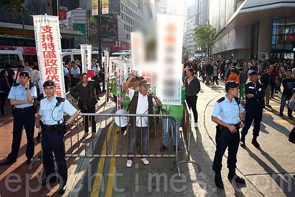 3月23日星期天,青關會再次到法輪功真相點叫囂鬧事,並和市民發生衝突,警方用鐵馬將他們圍困,限制其活動範圍。  (潘在殊/大紀元)
