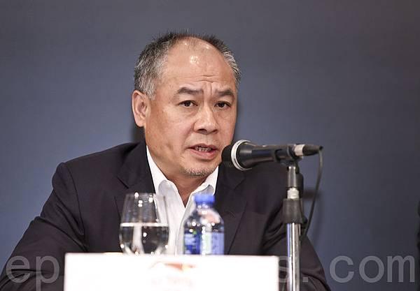 今年61歲的李寧,有「中國第一代體操王子」、「中國體操天王」之稱。2008年北京奧運會最後一棒火炬手,點燃奧運聖  火後連交厄運,至今虧損不斷。記者會上他也愁眉不展。(余鋼/大紀元)