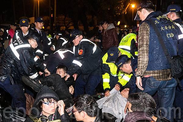反服貿學生23日晚間無預警轉攻行政院,警方24日凌晨展開4波強制驅離。(陳柏州/大紀元)