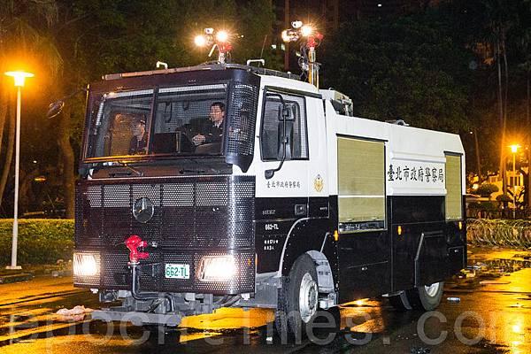 警方24日凌晨出動鎮暴水車強制驅離闖入行政院的群眾。(陳柏州/大紀元)