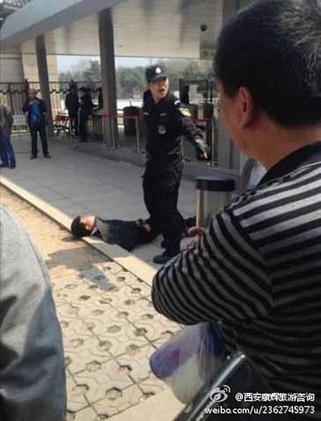 米歇爾到訪兵馬俑博物館時,現場負責安保的特警對遊客實行暴力清場,一名導遊因走得慢被特警一腳踢得昏死過去。(  網絡圖片)