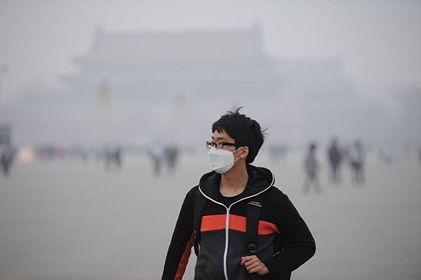 2014年3月26日,北京、天津、河北地區空氣污染嚴重,超過世界衛生組織建議的安全標準(25微克每立方米)16倍。圖為  北京南城霧霾。(大紀元資料室)