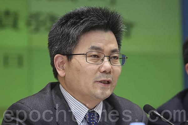 業績記者會,中遠太平洋董事總經理王興如多次被問到副總徐敏傑涉貪問題,他只簡單回應指案件仍在調查中,不願意多談。(余鋼/大紀元)