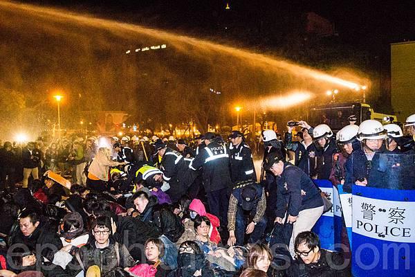 反服貿團體23日晚間闖入行政院,警方24日凌晨出動鎮暴部隊、鎮暴水車展開強制驅離。(陳柏州/大紀元)