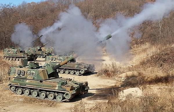 3月31日,北韓發射數十枚炮彈,部份炮彈落入韓國白翎島附近海域,韓軍動用K-9自行榴彈炮進行回擊。圖為韓軍的K-9自行榴彈炮。(NISI)