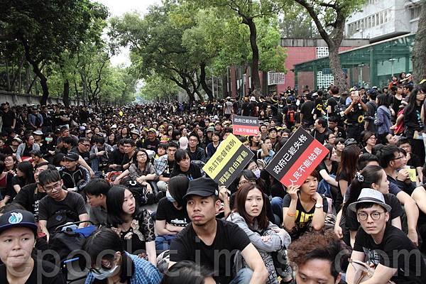 通往捷運站的凱道周邊也湧入大批人潮,民眾非常有序地或坐、或站。(梁淑菁/大紀元)