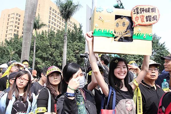 太陽花學運,3月30日黑衫軍上凱道反服貿,主張「捍衛民主、退回服貿」。(梁淑菁/大紀元)。