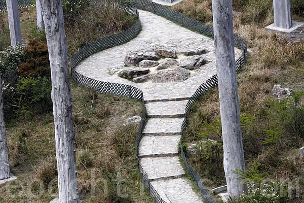 近看「蛇頭」是由一堆怪石頭組成。(大紀元)