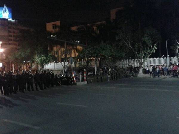 廣東省茂名市數萬市民大遊行、到市政府靜坐示威,抗議芳烴PX項目落戶茂名已經持續三天了。當局從廣州、陽江、湛江等地及周邊地區調派了大批武裝兵力,對民眾進行鎮壓。昨天(3月31日)對抗升級,特警向手無寸鐵的市民開槍射擊。(網絡圖片)