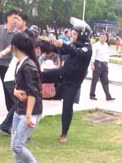 大陸新聞封鎖,茂名3月31日遊行,武警暴力清場,網絡瘋傳武警毆打民眾照片。(網絡圖片)