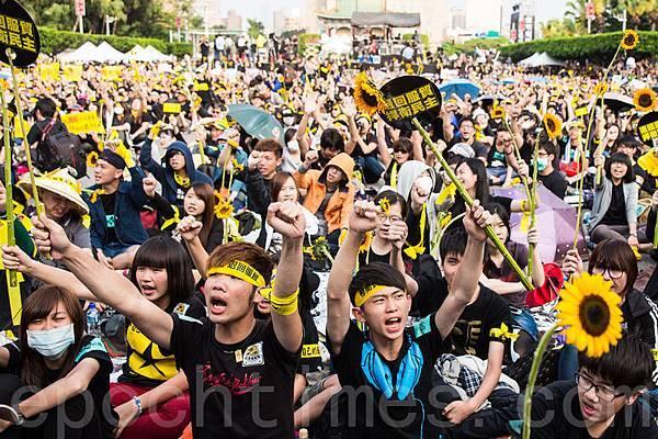 反服貿群眾3月30日穿黑衣上凱道,頭綁「捍衛民主、退回服貿」頭巾、手拿太陽花,表達反黑箱服貿的訴求。(陳柏州  /大紀元)