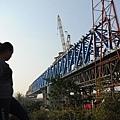 中國經濟下滑,當局再故伎重演依靠投資拉動增長,大陸正掀起新一輪的城市軌道交通建設潮,其中以地鐵最為引人注目  。最高檢察院還曾曝出中國工程建設的秘密,高達三分之一工程款被用於行賄。圖為安徽省合肥市,一位工人在高鐵施工  現場。(STR/AFP/Getty Images)